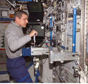 Astronaut Bill Arthur sets up the SLAMMD during Expedition 12