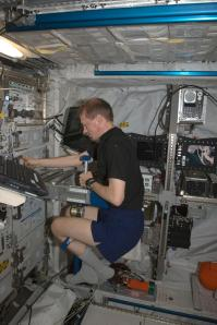 Astronaut Frank De Winne measures his body mass using the SLAMMD during Expedition 20
